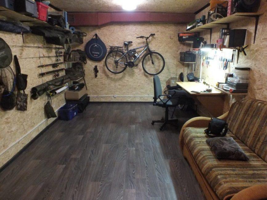 В таком гараже не только приятно работать, но и можно отдохнуть с друзьями