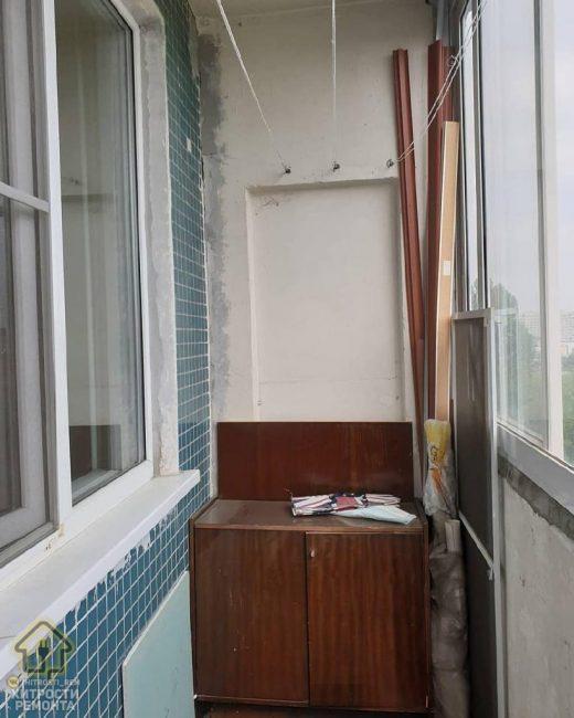 На балконе стояла старенькая ненужная мебель