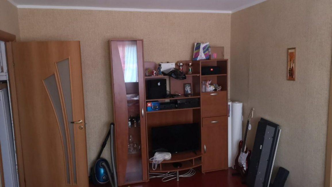Назвать комнату развалюхой нельзя, но подобный ремонт давно вышел из моды и выглядел неопрятно