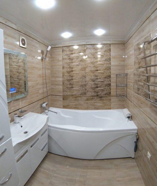 У стены — большая и удобная ванна, в которой можно отдохнуть после тяжелого дня