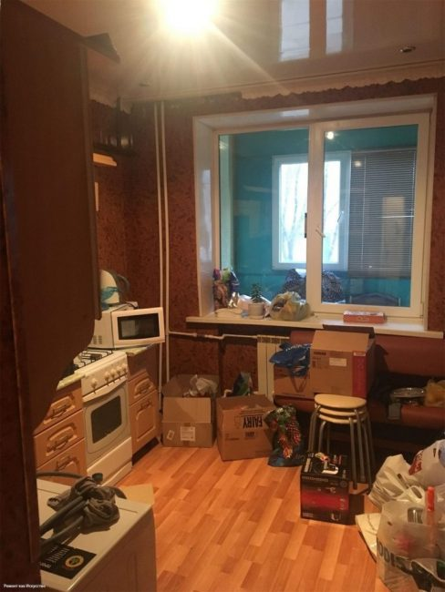 На кухне ремонт не делали уже давно, мебель обветшала, обои начали отклеиваться