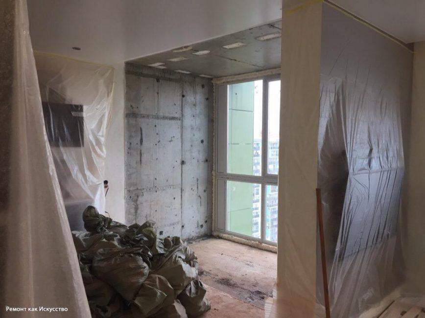 Стену снесли, чтобы увеличить кухню и сделать место для столовой, установили панорамные окна