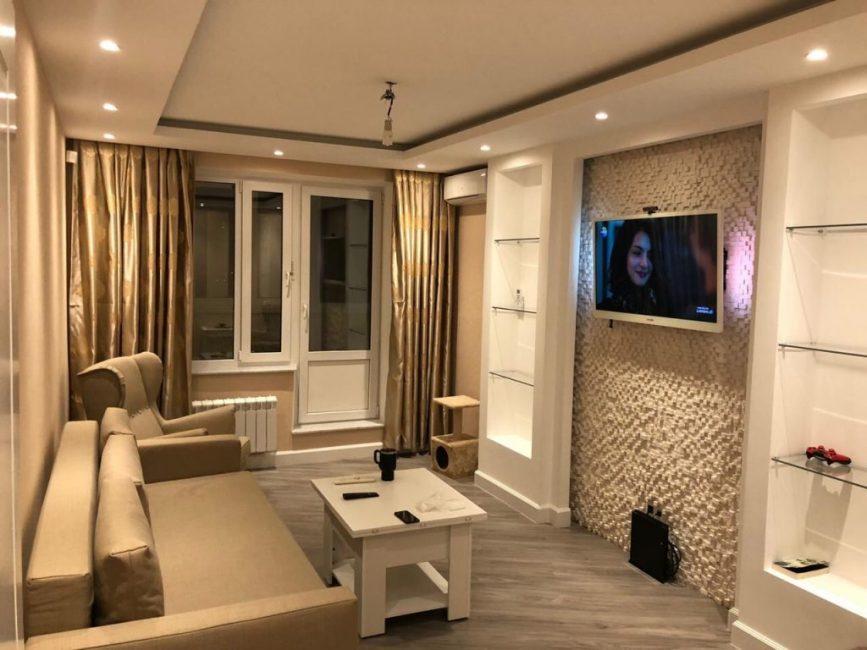 После ремонта зал преобразился. Удобный диван легко превращается в кровать. Плотные золотые шторы не позволяют лучам солнца попадать в комнату