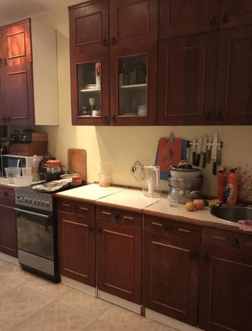 А вот и старый кухонный гарнитур, в котором собралась куча ненужной посуды и всякого хлама.