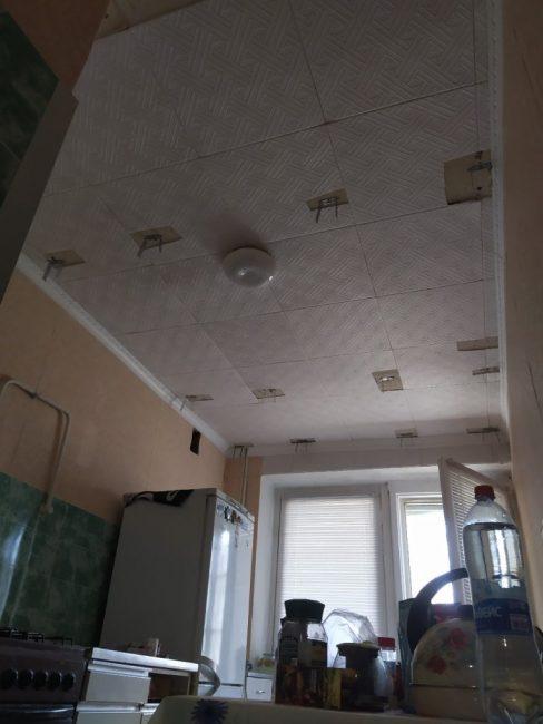 Состояние потолка также желало лучшего, поэтому парень решил снять потолочные пенопластовые плиты, которые уже давно закоптились и стали серыми.