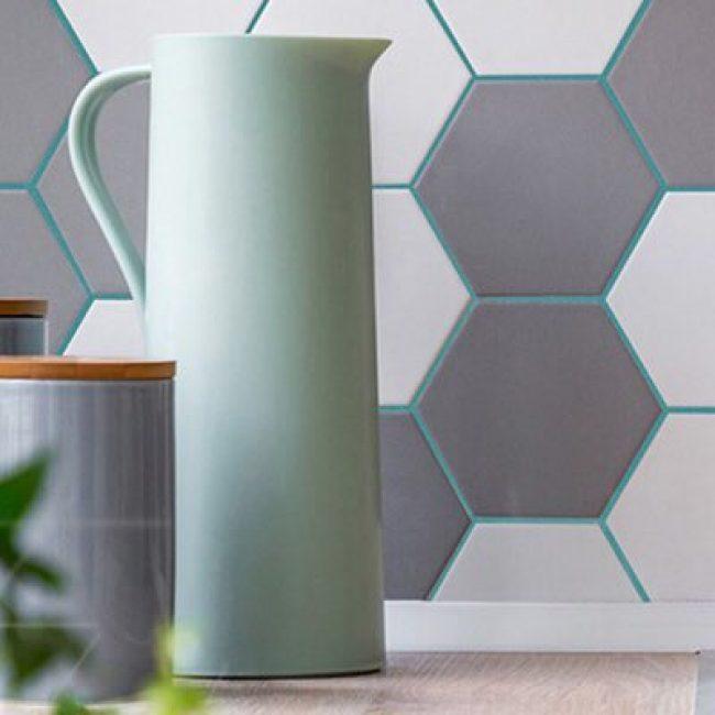 Очень часто такую затирку используют в комбинации с шестиугольной плиткой, которая напоминает соты.