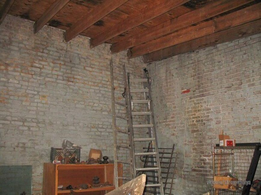 А так склад выглядел внутри. Просто голые высокие стены из кирпича.