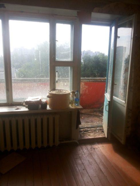 Вся квартира находилась в плачевном состоянии. Ремонт тут не делался с момента постройки дома, да и то за ним никто не ухаживал.