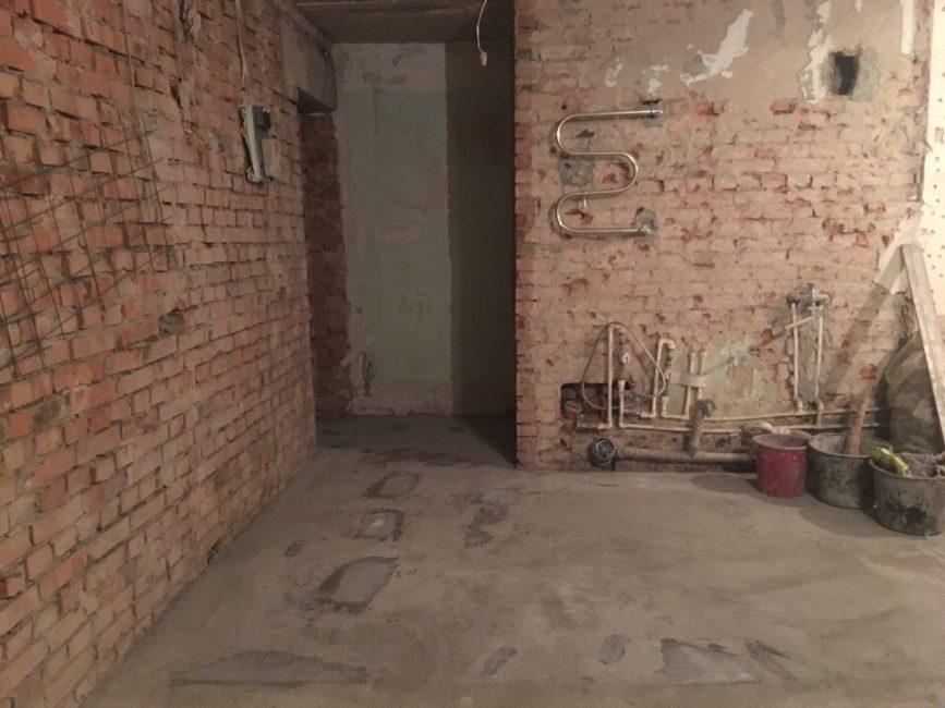 Первым делом, сломали все ненужные стены, оставив только несущие. Затем вынесли строительный мусор.