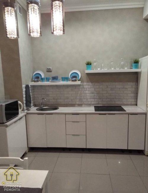 Кухня ничем не перегружена. Основной отличительной особенностью стало отсутствие шкафчиков. Их заменяют открытые полки. Так освобождается больше пространства, но и пыли также накапливается больше.