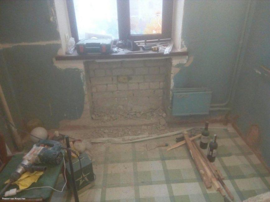 Хозяин принял решение поставить новый радиатор, поэтому старый пришлось снять