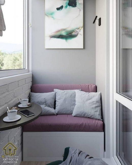 Теперь балкон превратится не в складское помещение, а в полноценное место для отдыха с небольшим диванчиком и складным столиком