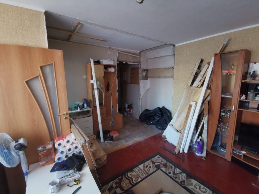 Перегородку между кухней и гостиной снесли, двери демонтировали