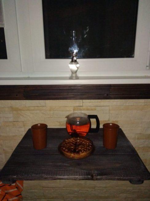 Посредине балкона расположился раскладной столик для чаепития