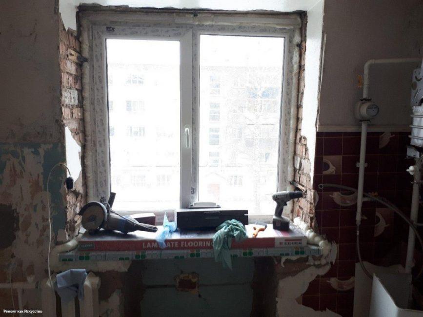 Затем начались черновые работы. Парень заказал и установил пластиковое окно