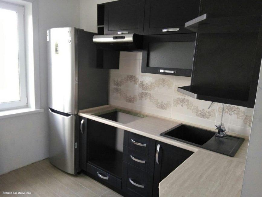 А вот так выглядит кухня с ремонтом. Стены белого цвета контрастируют с черной мебелью