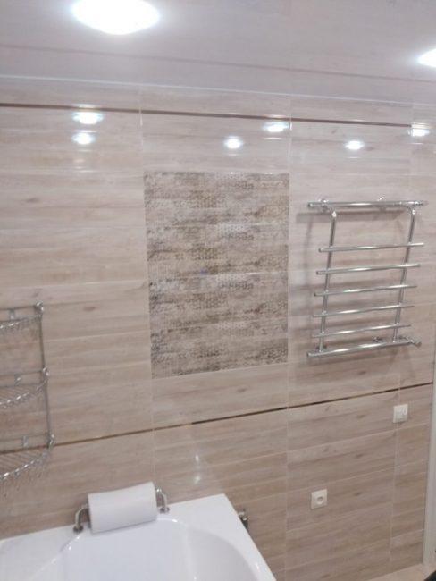 Декором послужила плитка с еле заметным рисунком, которая выложена прямоугольниками