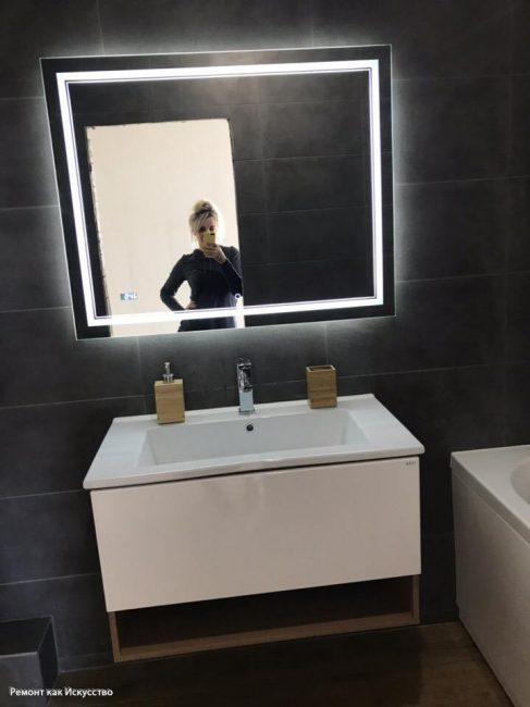 Зеркало в центре комнаты смотрится необычно и экстравагантно