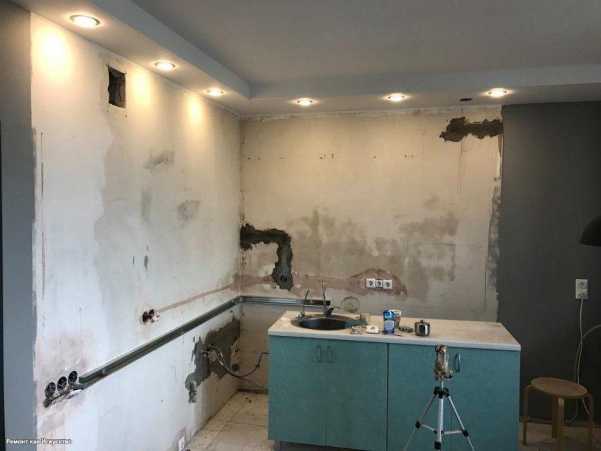 Непоштукатуренными оставили те части стен, которые в будущем заложили декоративным кирпичом
