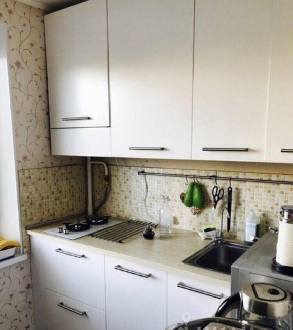 Кухня была старенькая, хоть и выполняла свою функцию