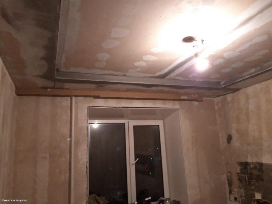 Потолок решил сделать двухуровневым, с бортиком по периметру. Парню повезло, что стены и пол в квартире были сделаны хорошо, их не пришлось выравнивать.