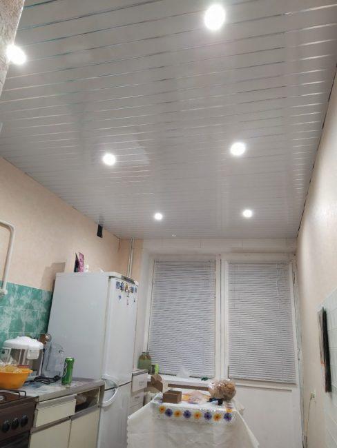Потолок было принято решение сделать из пластика. В него парень вкрутил шесть точечных светильников.
