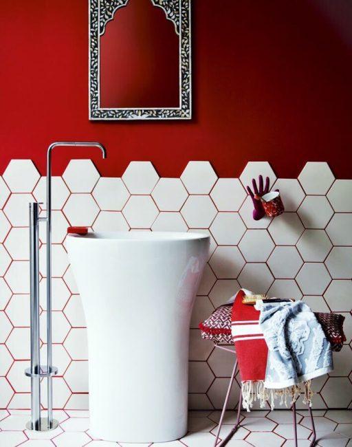 В этом случае была использована затирка такого же цвета, как и стена. Красный в сочетании с белым выглядит очень контрастно.