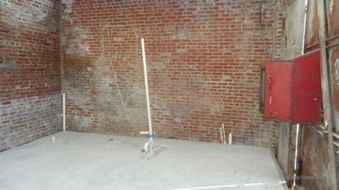 Первым делом занялись уборкой и все вычистили. Затем на полу сделали бетонную стяжку.