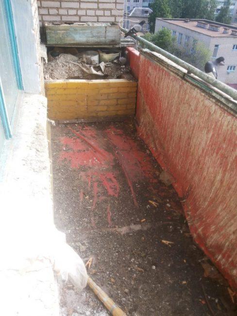 На балконе была сплошная грязь и пристанище для голубей.