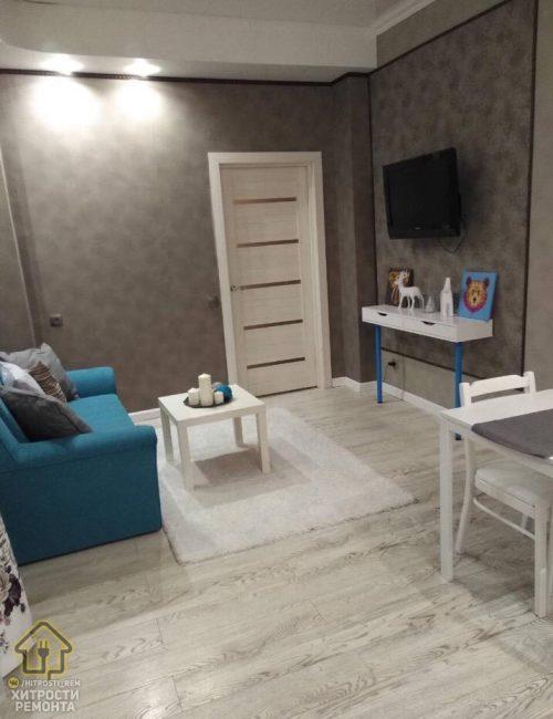 Зона отдыха — это небольшой диванчик с кофейным столиком и ковром с длинным ворсом. Напротив дивана располагается телевизор.