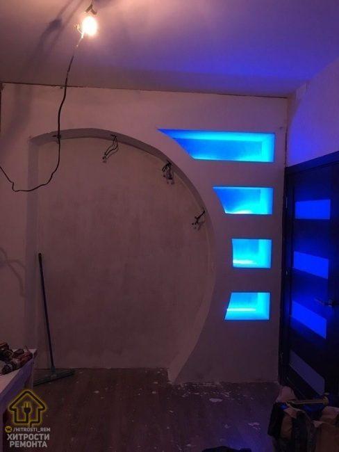 Пришло время подсветки. Вот так на каждой полочке выглядят светодиодные ленты.