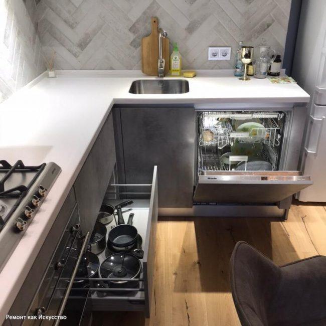 В кухне есть функциональные широкие ящики для посуду и небольшая посудомоечная машинка