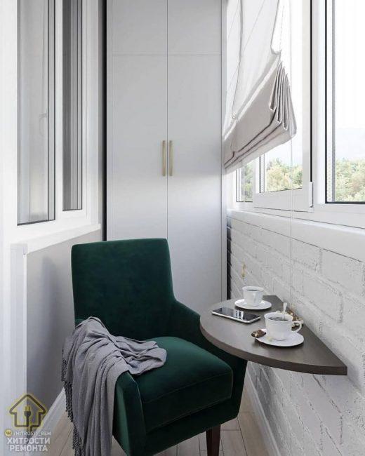 Напротив дивана расположилось удобное велюровое кресло, а старую мебель заменил удобный и стильный белый пенал