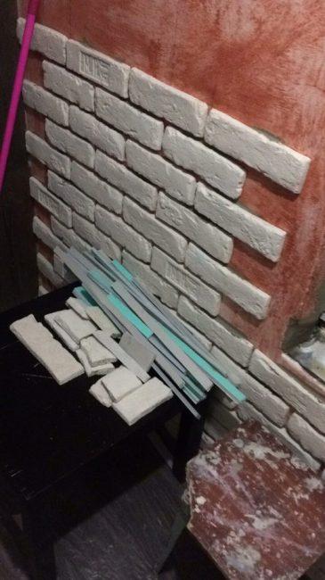 Утепленную стену украсили декоративным белым кирпичом