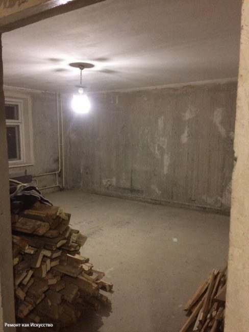 Сняли обои, полы и размыли штукатурку на потолке