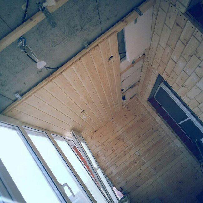 Потолок также отделали досками, установили пластиковые окна и двери