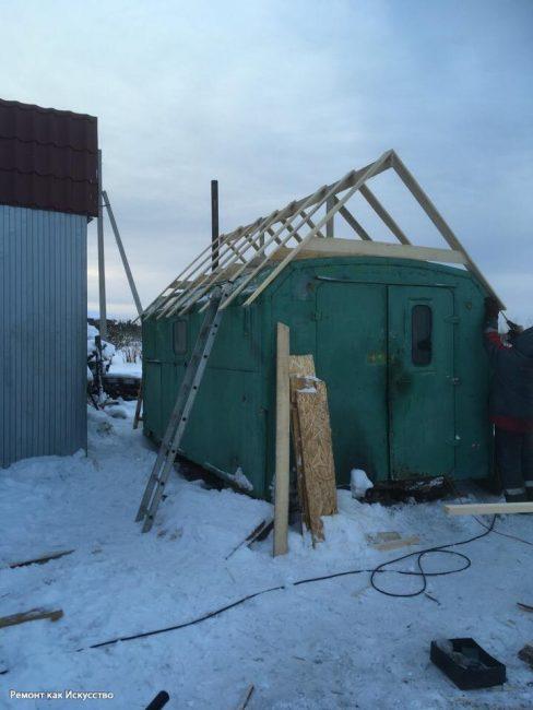 Снаружи мужчина также поработал. Первым делом он сделал крышу. Вы можете увидеть этап постройки из досок