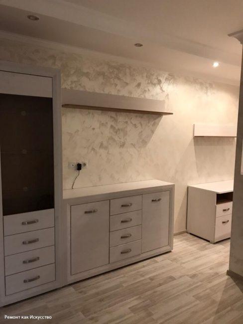 Мебель заказали белого цвета. Так как комната была небольшой, пара приняла решение не перегружать ее яркими цветовыми акцентами.