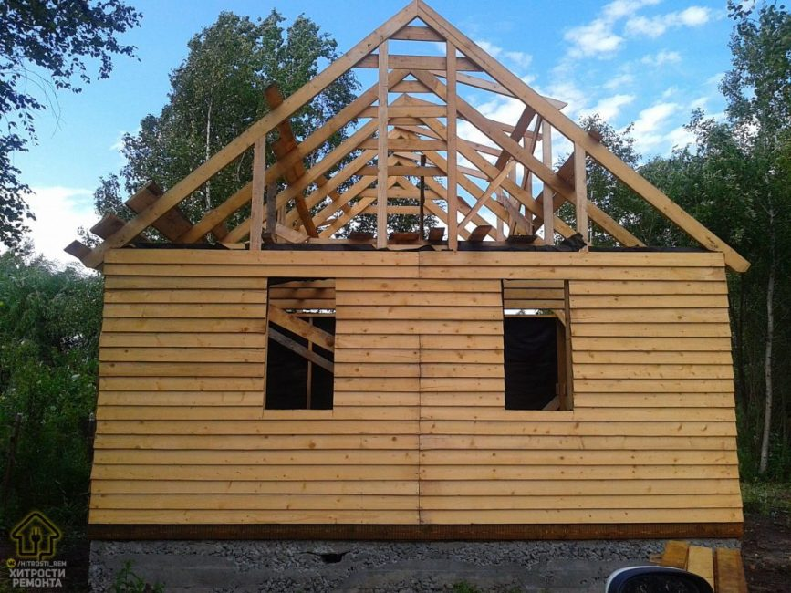 К концу лета очертания домика уже начали прорисовываться. Дружная парочка принялась мастерить чердак и крышу.