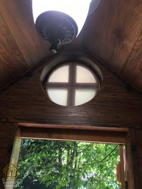 Над входом расположилось круглое окошко, которые пропускает дневной свет.