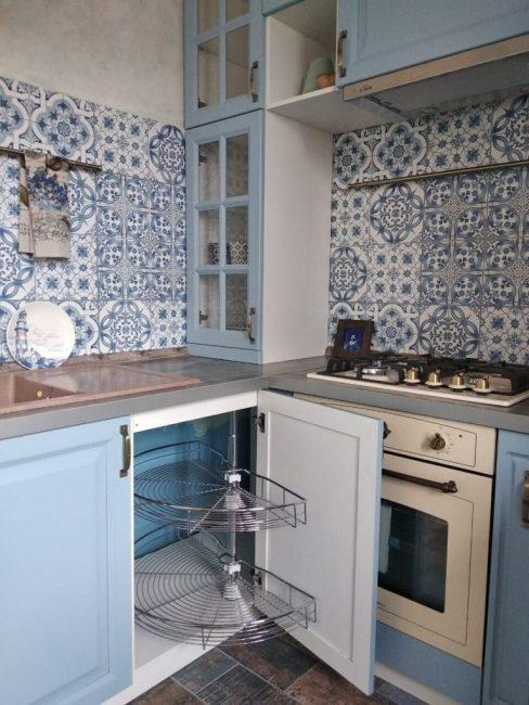 Об удобстве и функциональности тоже не забыли. В кухне полно шкафчиков и полочек для всякой утвари. Внизу, рядом с мойкой, за дверцей шкафа прячется удобная вертушка для посуды.
