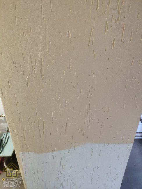 Все стены выровняли, нанесли шпаклевку, а затем и краску бежевого цвета