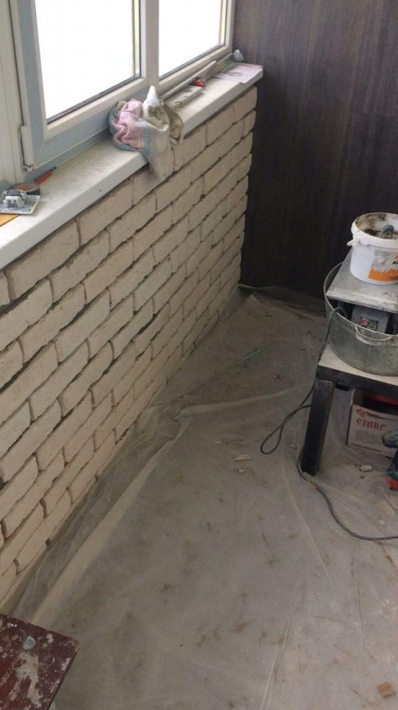 Молодой человек сам сделал капитальный ремонт лоджии всего за два месяца. Фото До/После