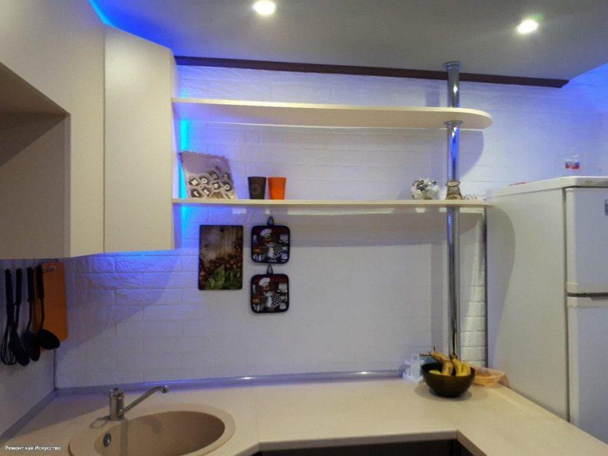 В кухонном гарнитуре светлого цвета достаточно полок и шкафчиков для посуды и кухонной утвари