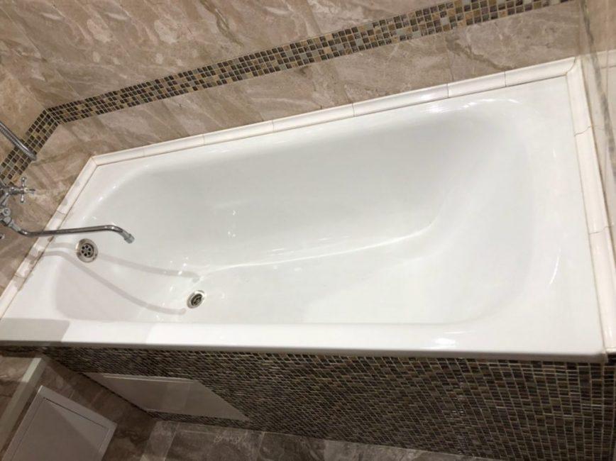 Ванную почистили и залили белым акрилом, чтобы быстро ее обновить