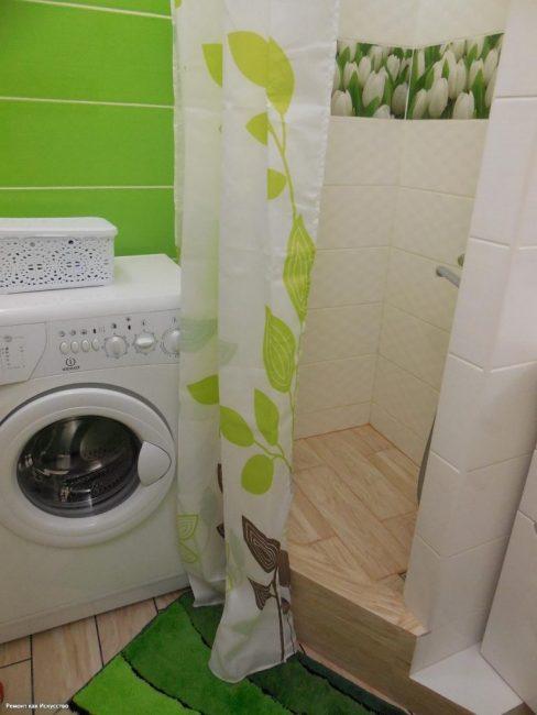 Вот так выглядит новая ванная комната. Использовали очень яркие цвета. Зеленые оттенки есть на плитке, коврике и душевой шторке