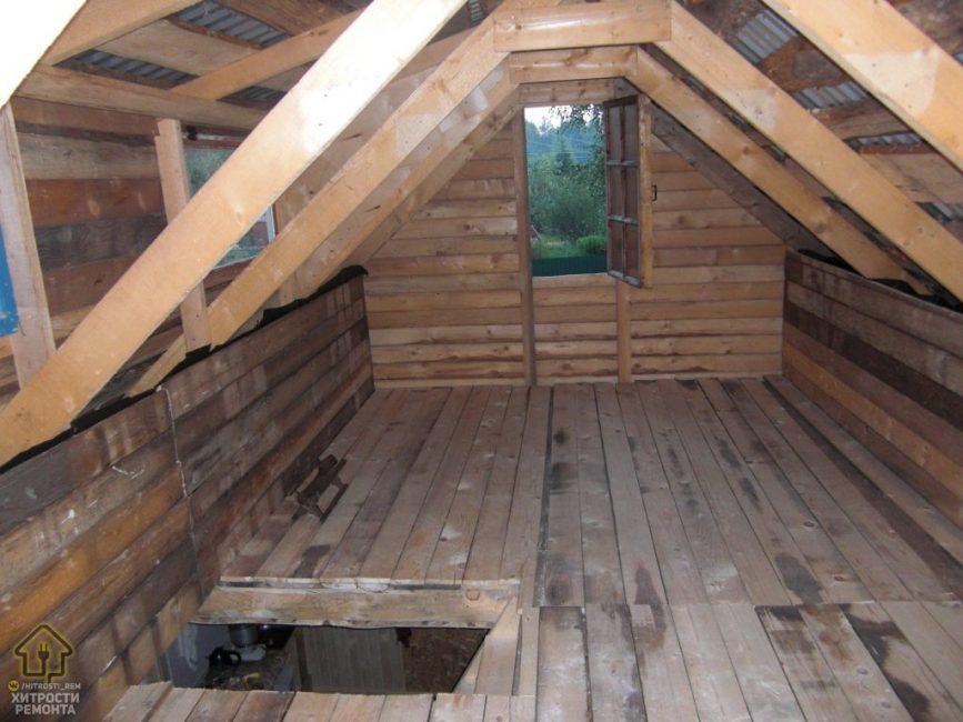 Вот так выглядит домик, если находится на чердаке. Тут есть небольшое окошко и много места, чтобы хранить необходимые вещи.