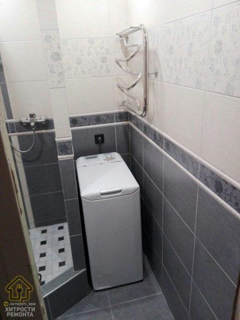 Вот так ванная комната выглядит в готовом виде. Возле душевой мужчина поставил стиральную машину с вертикальным способом загрузки, так как горизонтальная туда просто бы не влезла.