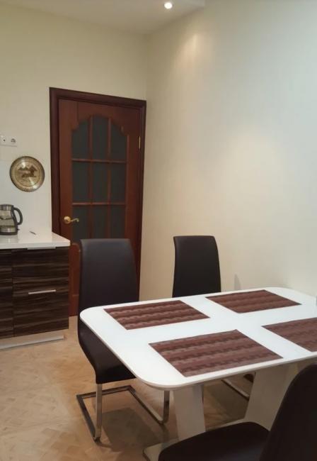 Стулья и стол также выполнены в стиле хай-тек. Они идеально вписываются в новый интерьер кухни.