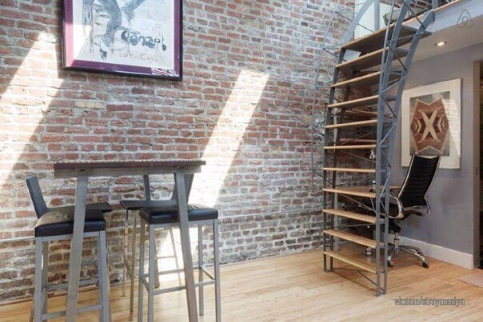 Через несколько месяцев уже начал вырисовываться стиль лофт. Крутая лестница, ведущая на второй этаж, высокий обеденный стол с барными стульями — стильно и модно, но, не совсем удобно.